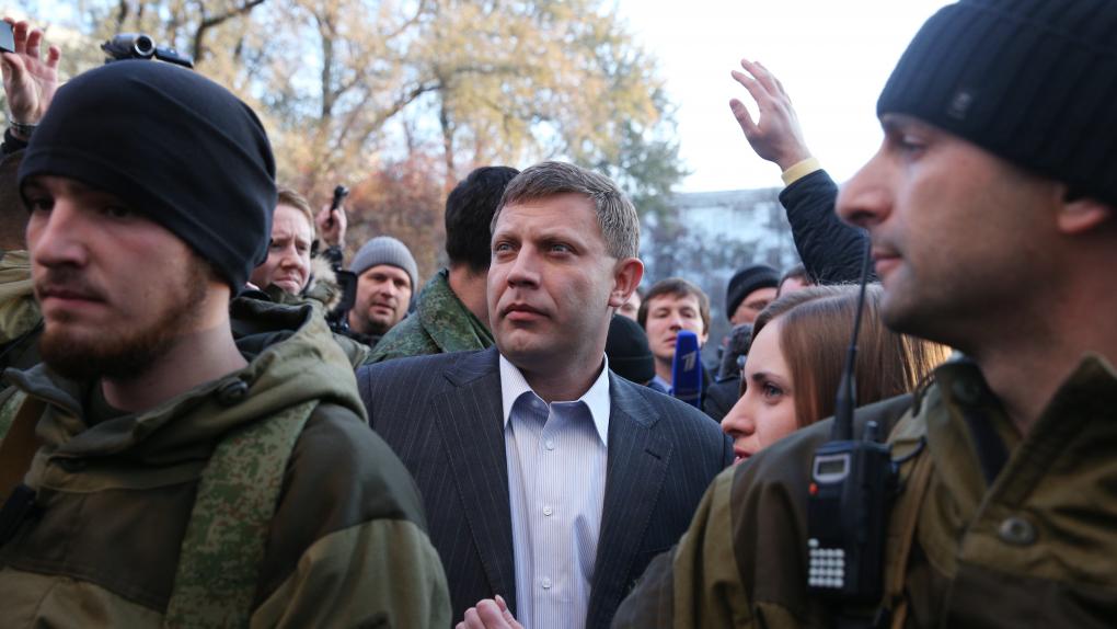 Премьер-министр ДНР Александр Захарченко (в центре) после голосования на выборах главы ДНР