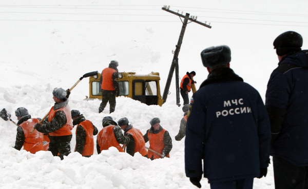 Спасатели ликвидируют последствия схода лавины в Сахалинской области