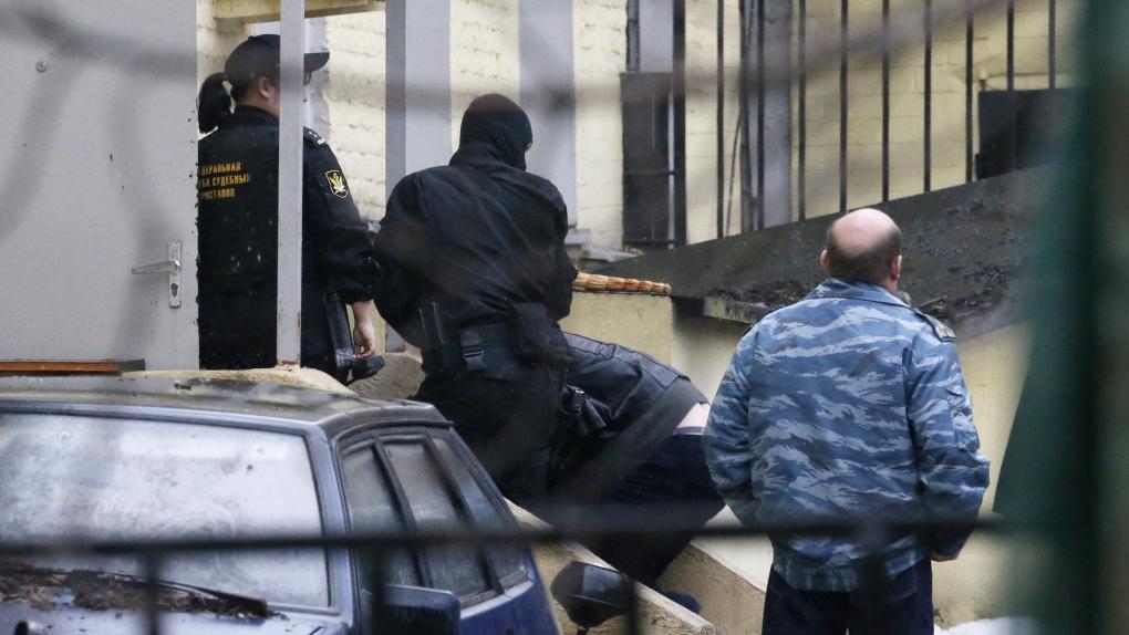 8 марта, подозреваемых в убийстве Бориса Немцова доставили в Басманный суд Москвы