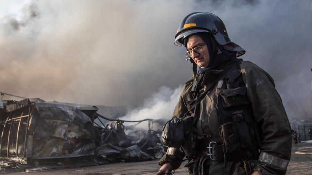 Пожарный во время тушения пожара в торговом центре