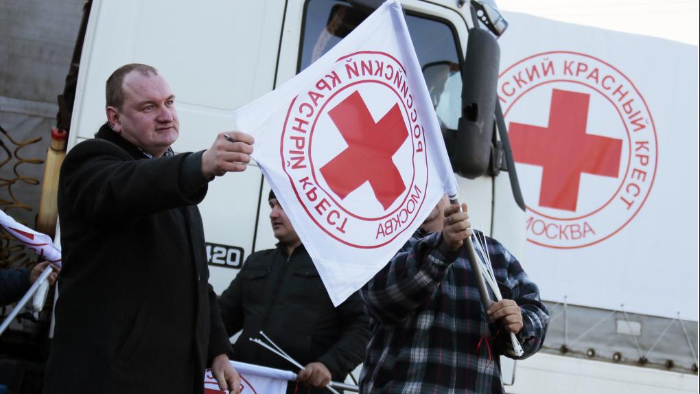 Сотрудники Российского Красного Креста перед отправкой второго гуманитарного конвоя в Донецк