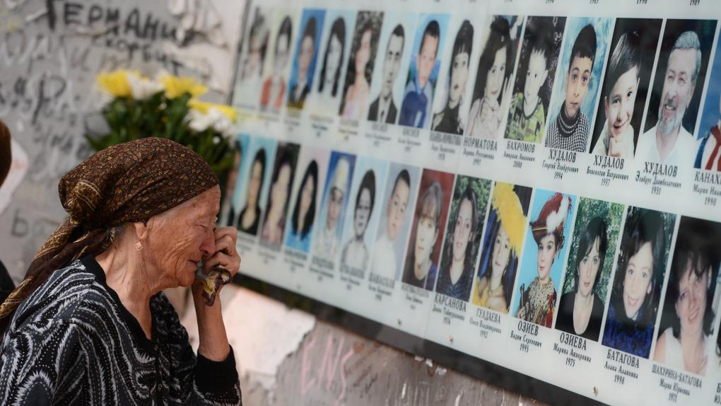Женщина на траурном мероприятии в годовщину трагедии в Беслане на территории мемориала памяти жертв теракта 1 сентября 2004 года