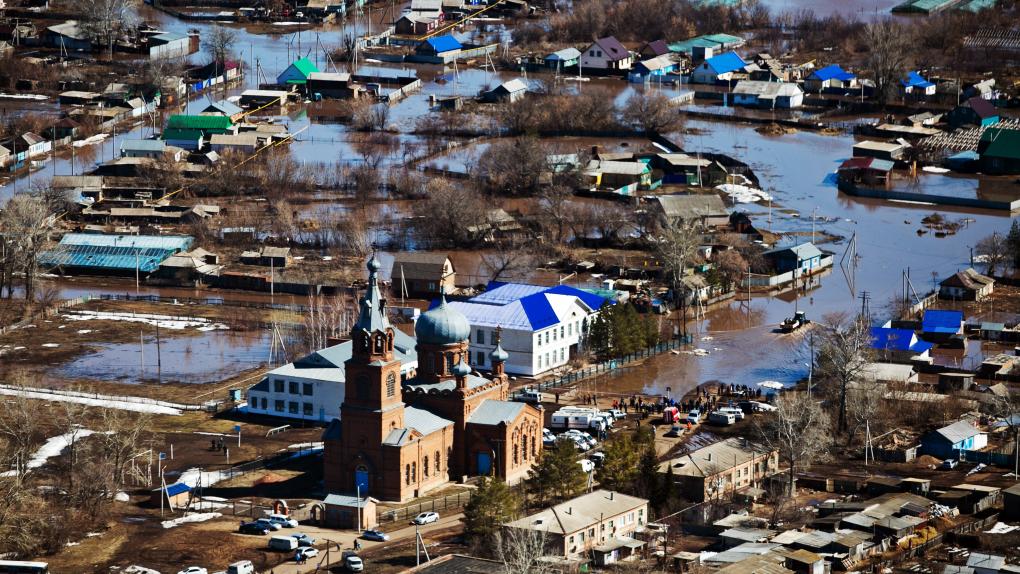 11 апреля 2017 года. Жилые дома, подтопленные в селе Краснохолм из-за подъема уровня воды Димитровского водохранилища.