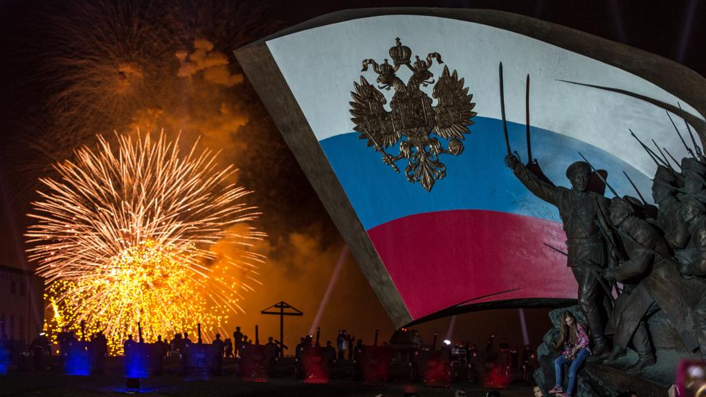 Праздничный салют на Поклонной горе в Москве. 9 мая 2016 года.