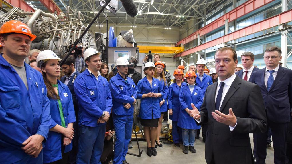 Премьер-министр РФ Дмитрий Медведев во время встречи с сотрудниками ЗАО