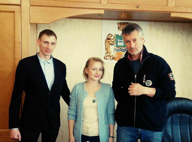 Слева направо: жених Евгении Чудновец Андрей Мясников, Евгения Чудновец, Евгений Ройзман