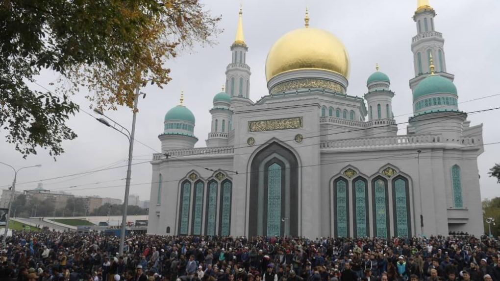Мусульмане в день праздника жертвоприношения Курбан-Байрам возле Московской Соборной мечети.