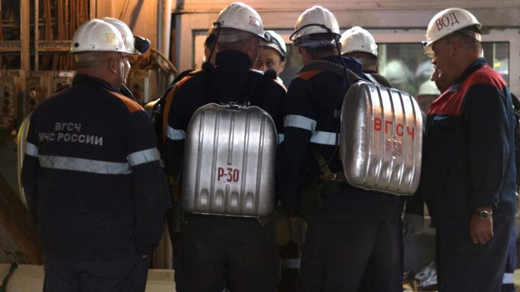 Сотрудники службы спасения в здании рудника
