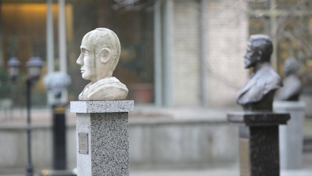 Памятник Раулю Валленбергу на территории Библиотеки иностранной литературы