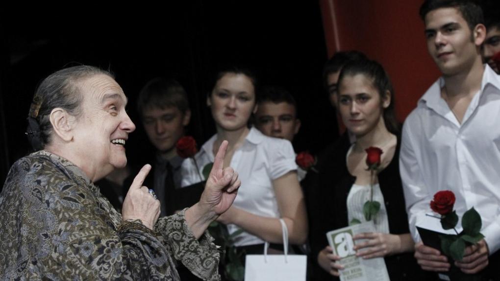 Актриса Наталия Журавлева (слева) и студенты О.Табакова на сборе труппы театра-студии под руководством Олега Табакова.