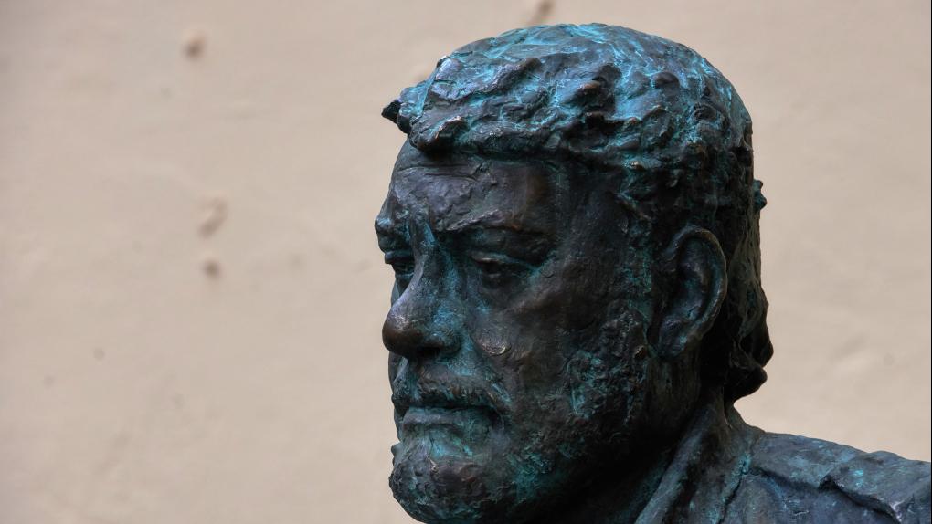 Памятник писателю Сергею Довлатову в Петербурге