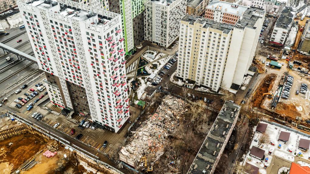 Снос пятиэтажного жилого дома по улице Народного ополчения в Москве.