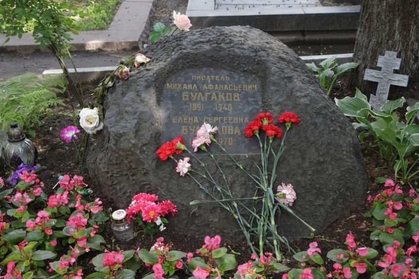 Новодевичье кладбище в Москве. Могила Михаила Булгакова