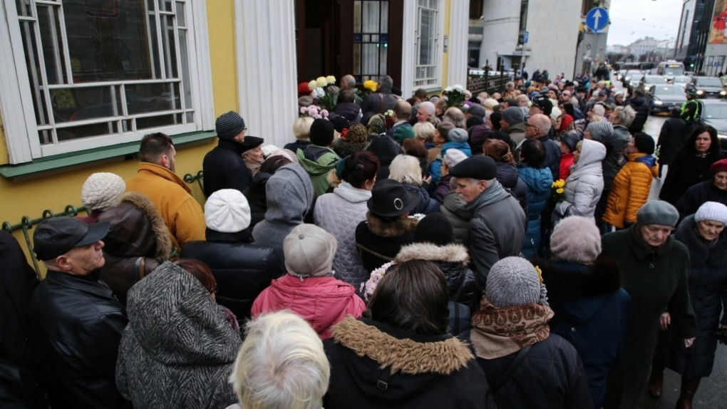 Люди пришли проститься с сатириком Михаилом Задорновым в храм Александра Невского в Риге.