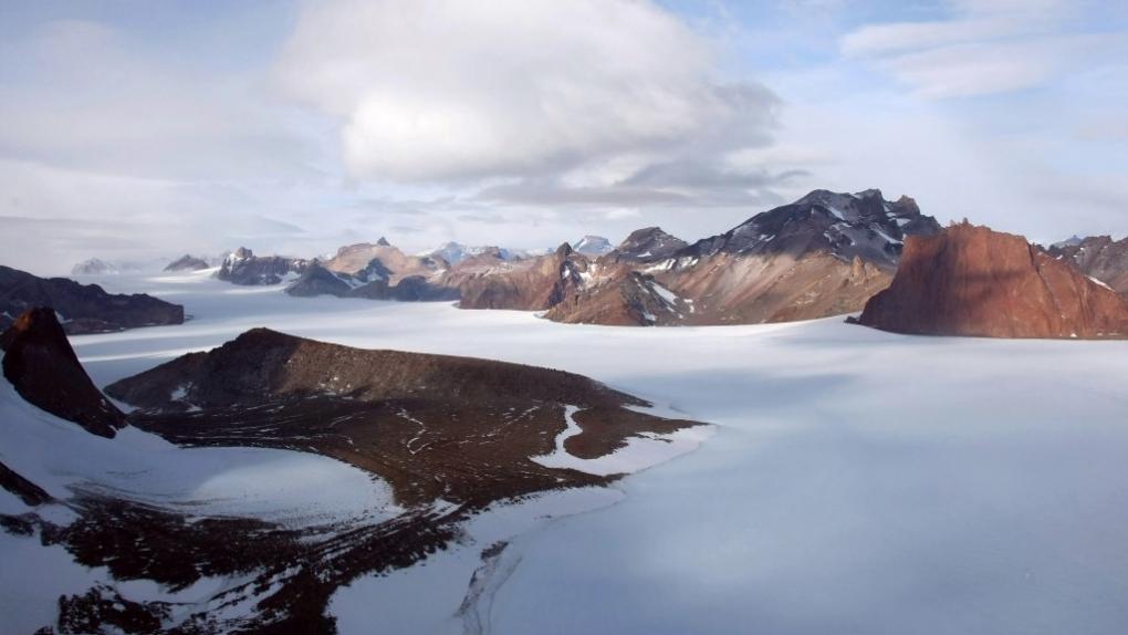 Горный массив Вольтадт в Антарктиде, в районе которого находится российская научная станция