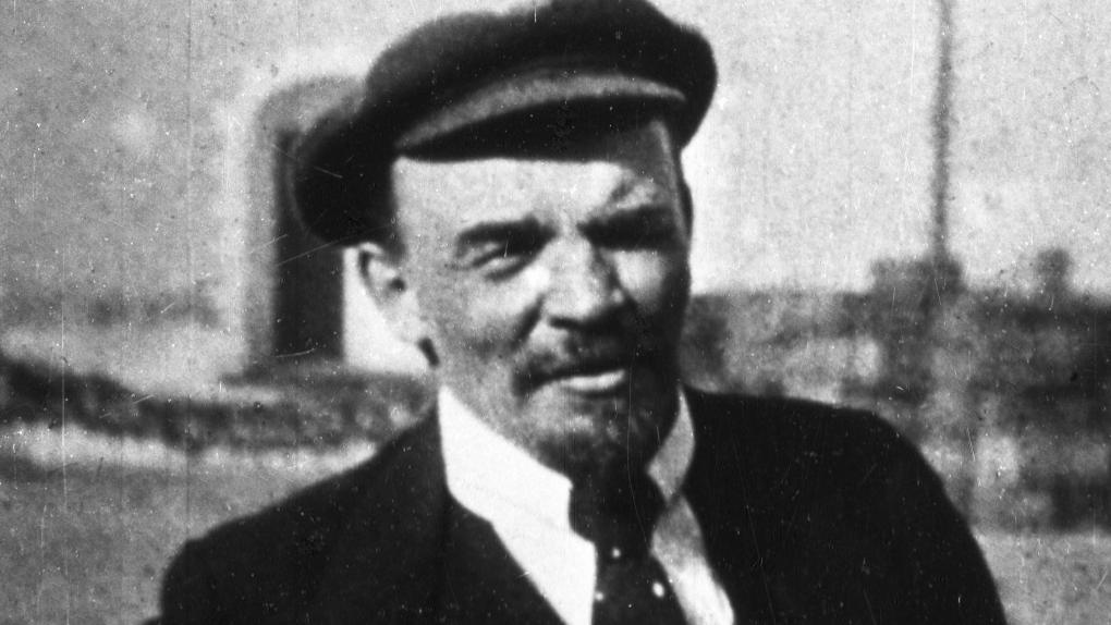 В. И. Ленин во дворе Кремля на прогулке по выздоровлению после ранения.