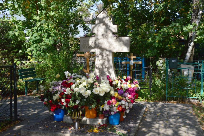 Крест на могиле отца Александра Меня