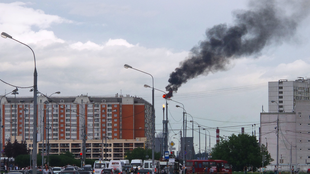 Вид на Московский нефтеперерабатывающий завод (МНПЗ)
