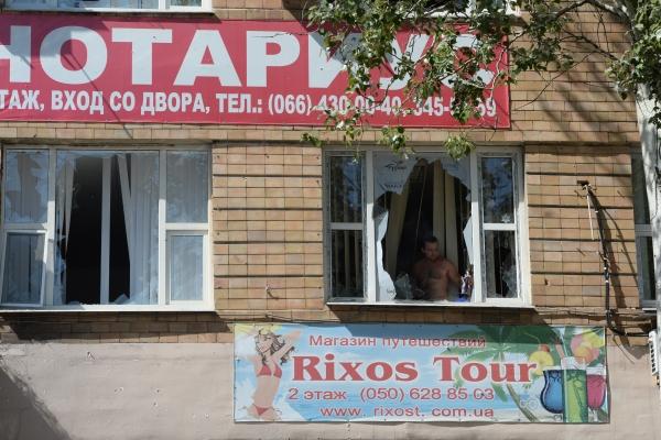 Здание в центре Донецка, пострадавшее во время обстрела города