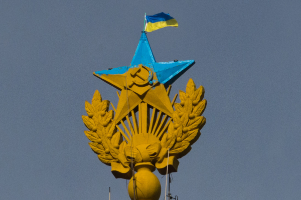 Раскрашенная звезда и флаг Украины на шпиле высотки на Котельнической набережной в Москве