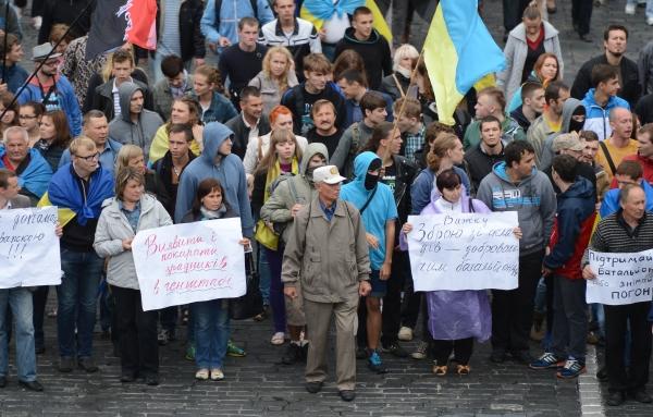 Участники акции с требованием спасти попавших в окружение на юго-востоке страны украинских военнослужащих