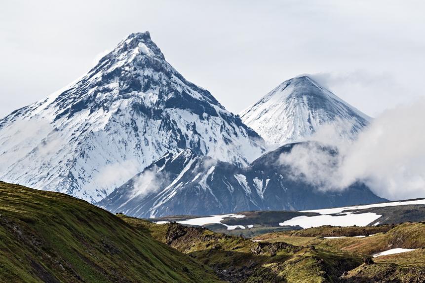 Вулкан Камень, вулкан Ключевской и вулкан Безымянный на Камчатке