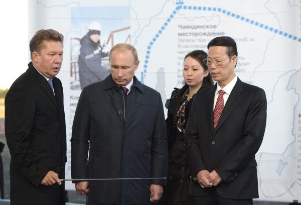 На снимке слева направо: Алексей Миллер, Владимир Путин, Чжан Гаоли