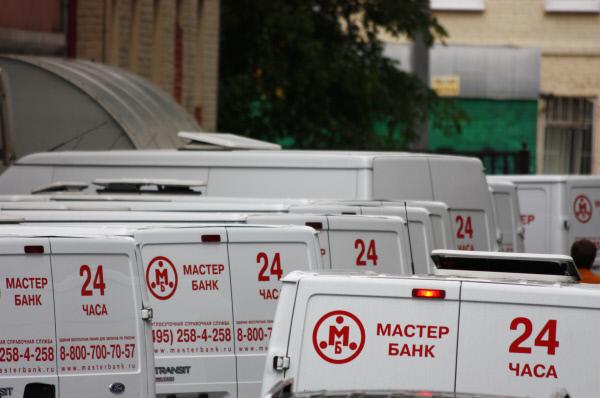 Автомобили на стоянке обанкротившегося Мастер-банка