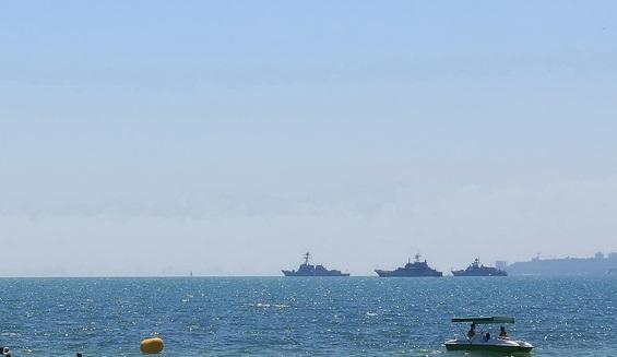 Корабли НАТО вблизи одного из черноморских пляжей