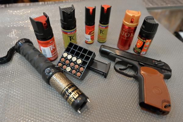 Образцы оружия и средств самообороны в оружейном магазине