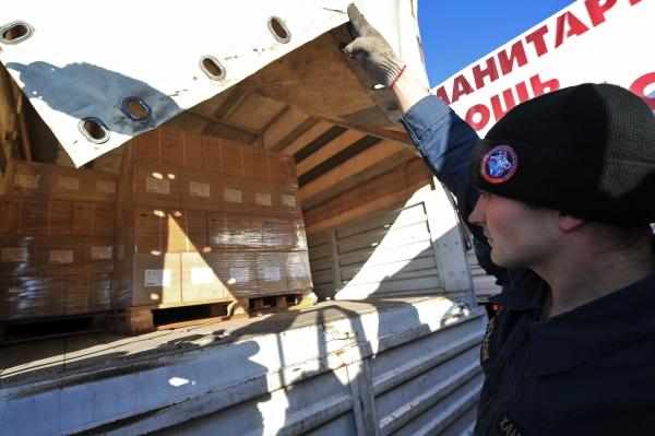 Сотрудник МЧС РФ во время подготовки к отправке гуманитарной колонны