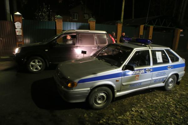 Сотрудники правоохранительных органов в поселке Удельная Раменского района Подмосковья работают на месте задержания участников банды