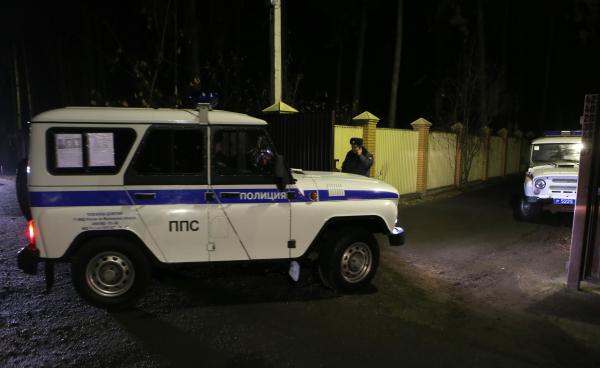 Сотрудники полиции на месте задержания участников банды в поселке Удельная