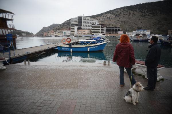 Туристы гуляют на берегу Балаклавской бухты в Балаклаве