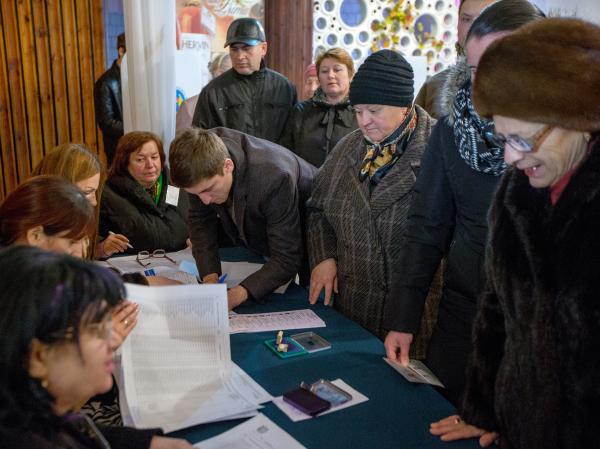 На одном из избирательных участков в Кишиневе во время голосования на парламентских выборах в Молдавии