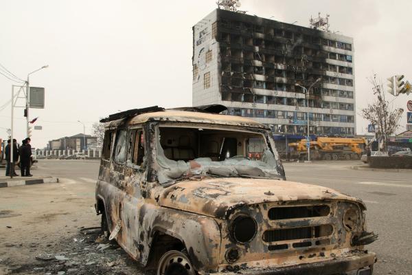 Сгоревший УАЗ рядом со зданием Дома печати, где проходила спецоперация МВД