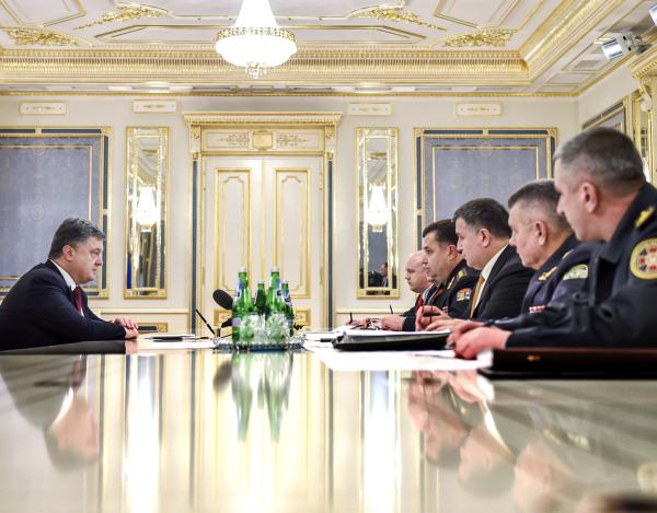 Президент Украины Петр Порошенко (слева) проводит совещание с руководителями силовых ведомств