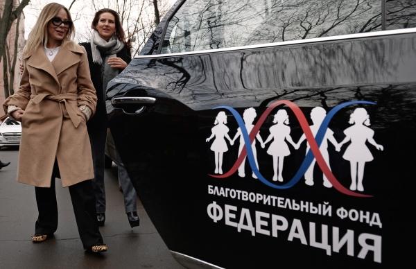 """Актриса Орнелла Мути (слева) и глава Благотворительного Фонда """"Федерация"""" Елена Север"""