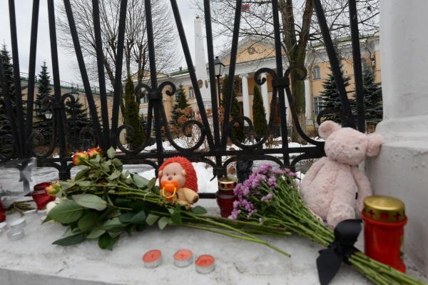 Цветы у ограды посольства Армении в Москве, принесенные в связи с трагедией в Гюмри