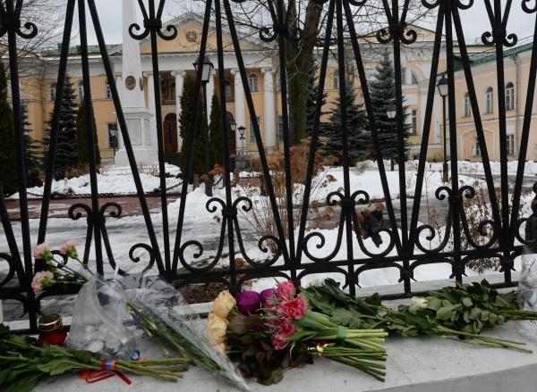 Цветы у посольства Армении в России