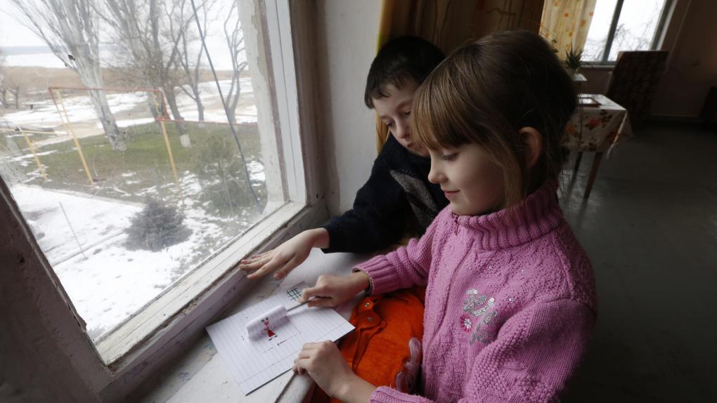 Украинские беженцы в одном из пунктов временного размещения на территории детского оздоровительного лагеря