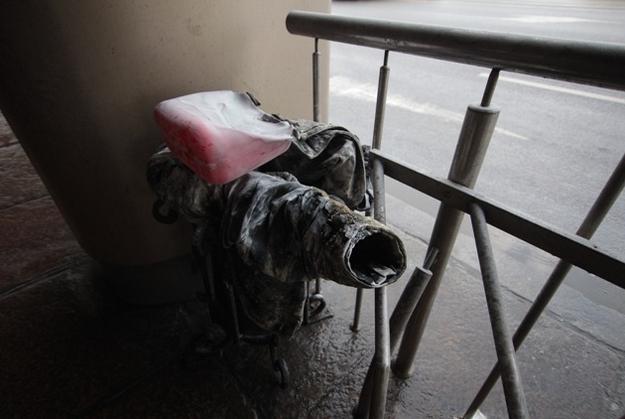 Обгоревшие вещи у здания мэрии Калининграда