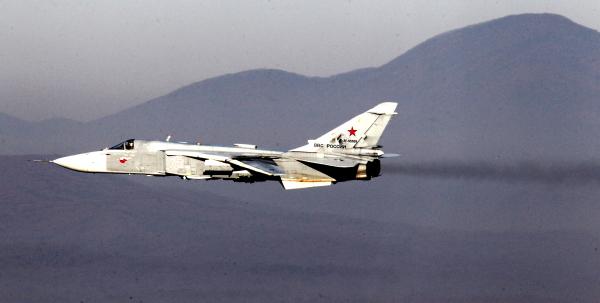 Бомбардировщик Су-24 поддерживает высадку морского десанта во время батальонно-тактических учений морской пехоты Тихоокеанского флота