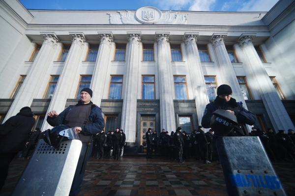 На фото: сотрудники милиции охраняют здание Верховной рады, декабрь 2014 года