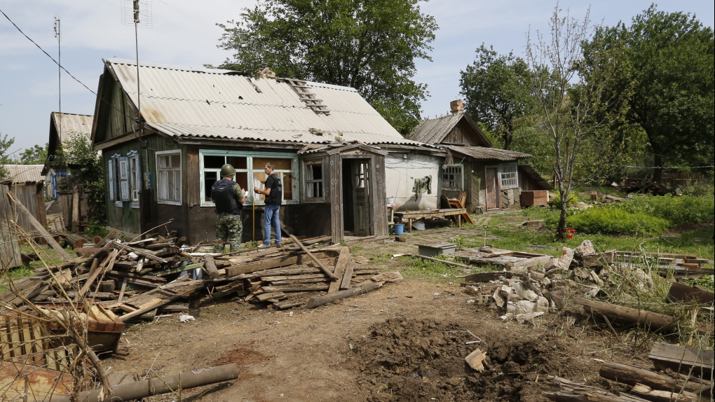 Последствия попадания снаряда в городе Донецк Ростовской области