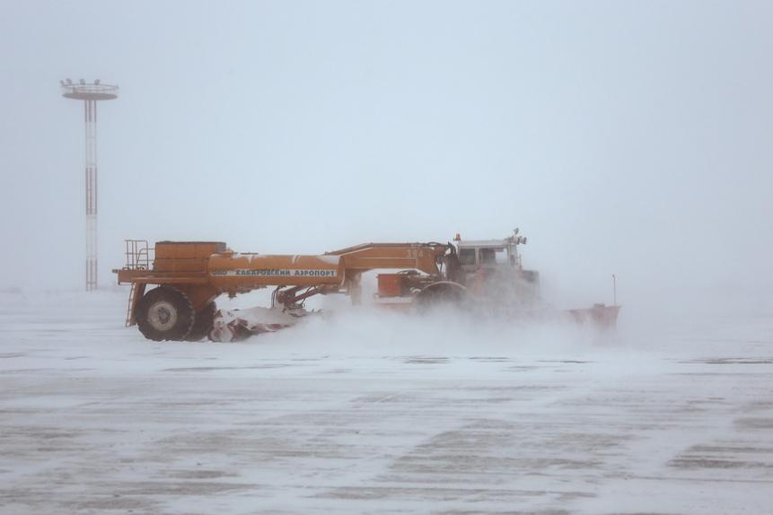 Уборка взлетной полосы Хабаровского аэродрома спецтехникой в непогоду