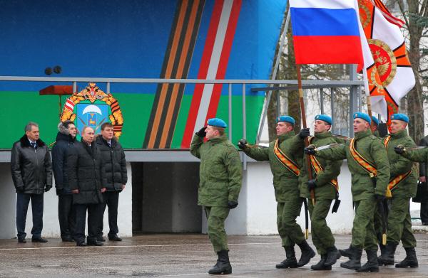 Владимир Путин во время посещения 104-го гвардейского десантно-штурмового полка 1 марта 2013 года