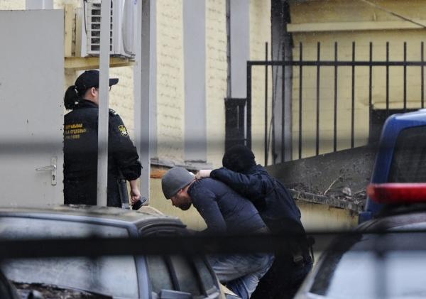На фото: один из подозреваемых в убийстве Бориса Немцова доставлен в Басманный суд Москвы