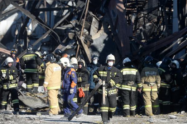 """Спасатели разбирают завалы на месте пожара в ТЦ """"Адмирал"""" в Казани"""