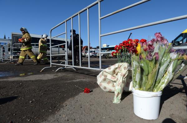 Цветы у сгоревшего торгового центра